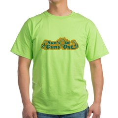 Suns out guns out -- Men Green T-Shirt